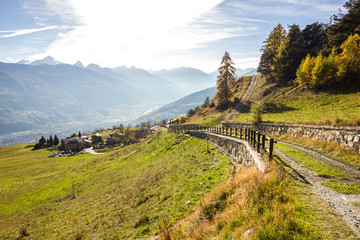 Paese e strada di montagna in autunnio