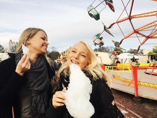 Mädchen essen Zuckerwatte