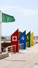 Carteles y bandera verde