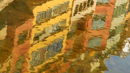 Reflejos de las fachadas colorista en el agua, Girona