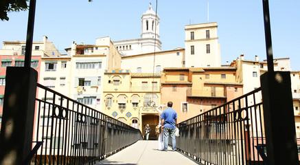 Puente y fachadas coloristas de Girona