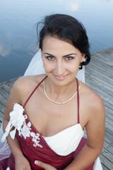 Jeune mariée sur un ponton, heureuse
