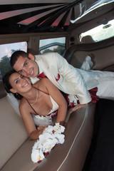 Mariés sur des sièges d'une voiture de luxe