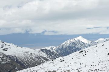 Montagnes enneigé vue d'andorre