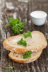 Brot mit Olivenöl und Petersilie