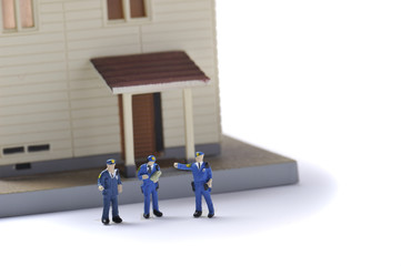 パトロールする警察官