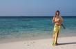 canvas print picture - Spiaggia, donna in riva al mare