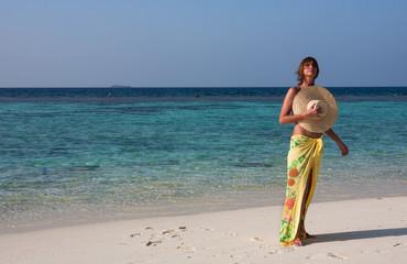 Spiaggia, donna in riva al mare