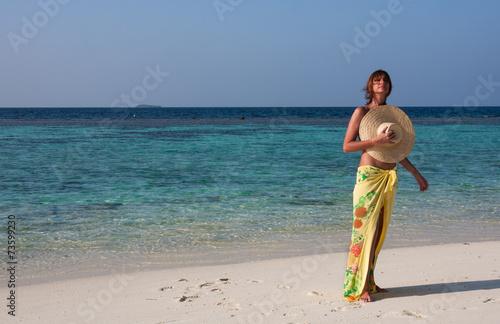 canvas print picture Spiaggia, donna in riva al mare