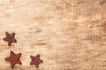 Weihnachtssterne vor rustikalem Holz