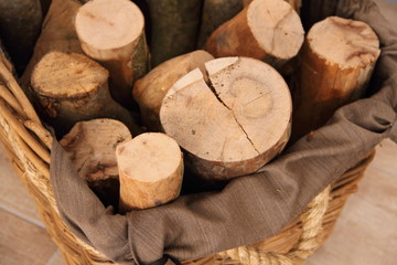 Brennholz im Korb
