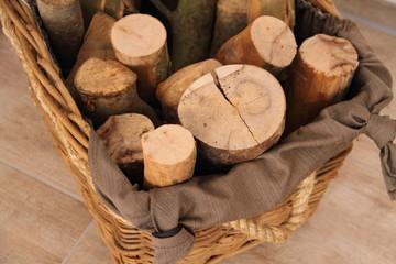 Brennholz im Weidenkorb