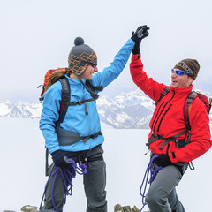 stolze Alpinisten am Gipfel