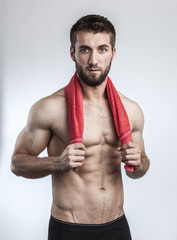 Attraktiver Mann mit rotem Handtuch