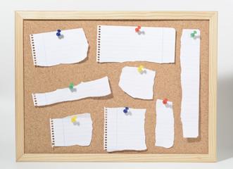 Tablero de corcho y trozos de papel