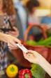 Hand gibt Kreditkarte an Kassierer im Supermarkt