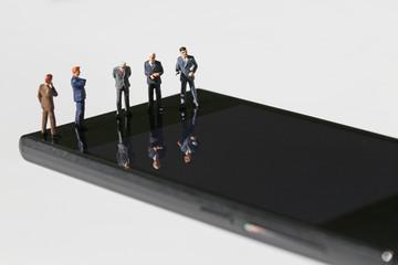 スマートフォンと5人のビジネスマン