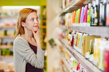 Junge Frau kauft nachhaltig und bewusst