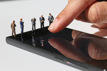 5人のビジネスマンとスマートフォン