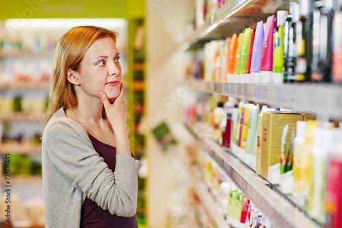 Junge Frau kauft nachhaltig und bewusst - 73606443
