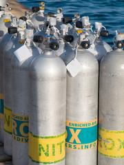 Tauchflaschen mit Nitrox am Hafen