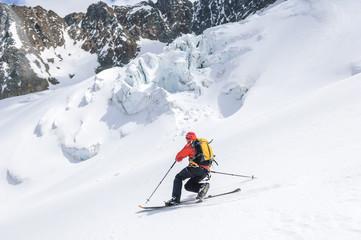 Telemarker bei Abfahrt auf einem Gletscher