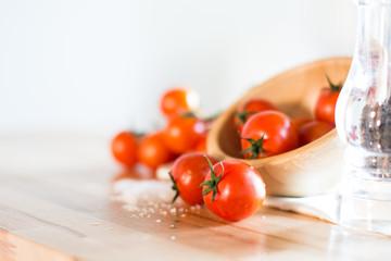 Pomodori rossi su sfondo legno