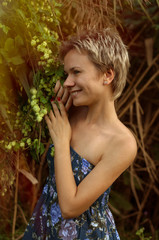 Девушка с красивым растением