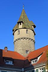 Grüner Turm auf gewalmten Dächern in Ravensburg
