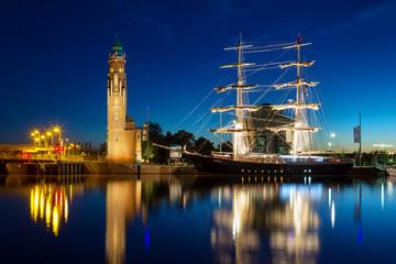 Alter Leuchtturm und Segelschiff – Bremerhaven