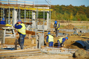 Männer bauen