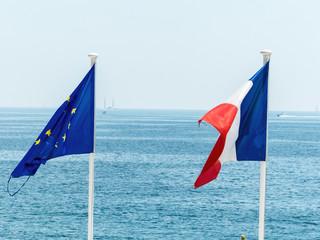 Fahnen der EU und Frankreichs