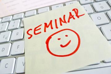 Notiz auf Computer Tastatur: Seminar