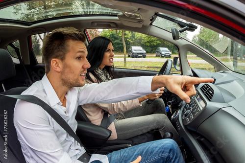 canvas print picture Paar fährt in einem Auto