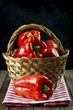 Cesta con pimientos rojos producto de agricultura ecológica