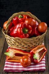 Cesta con pimientos rojos y tomates de agricultura ecológica