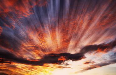 rayos de luz alumbrando las nubes