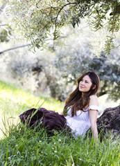 chica soñadora sentada en el campo