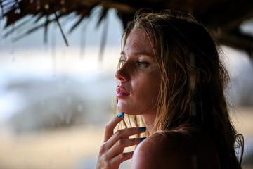Close-Up Portrat Blonde Woman in rain