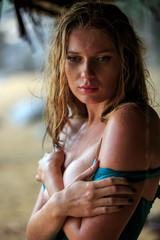 Portrat Blonde Woman in rain