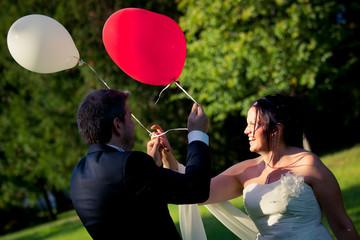 Sposi sorridenti con palloncini colorati