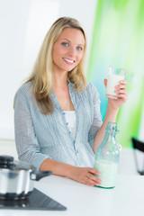 junge frau hält ein glas mit milch