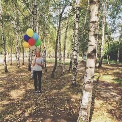 Mädchen mit Ballons zwischen Birken