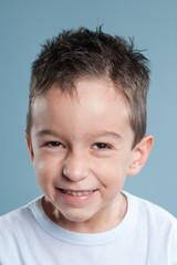 Portrait eines Jungen, lächelt