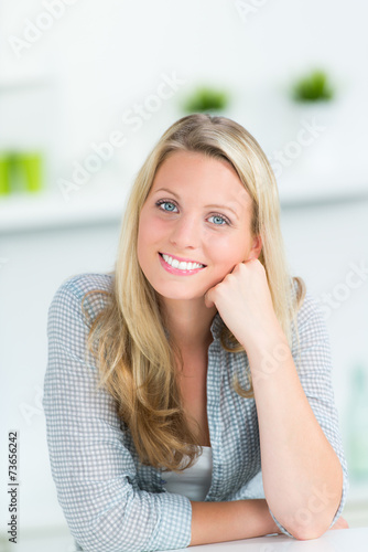 canvas print picture entspannte blonde frau