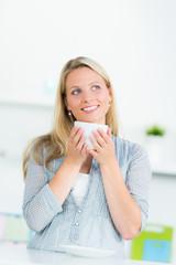 frau freut sich auf einen cappuccino