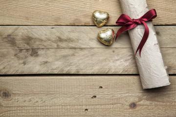 Briefpapier und Herzen auf Holzhintergrund, Thema Liebe