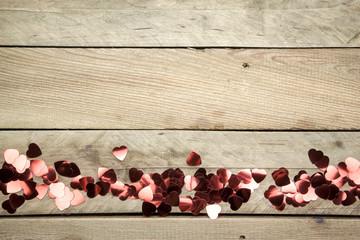 Rote Herzen auf Holz