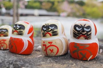 勝尾寺のダルマと桜