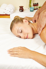 Frau bekommt Massage im Nacken im Spa